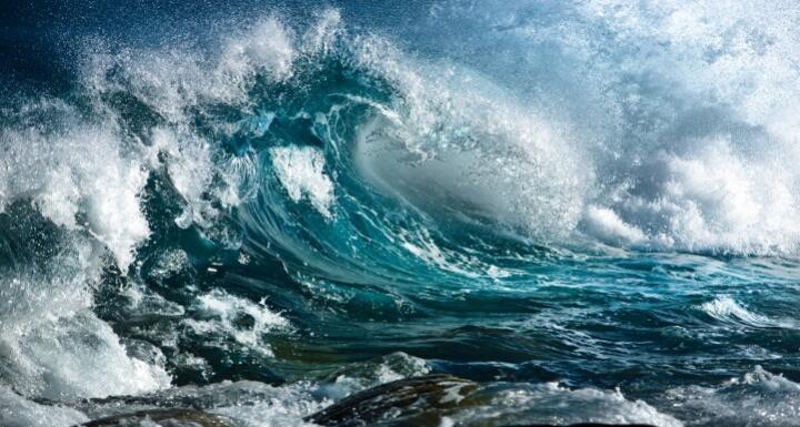 Large ocean wave crashing